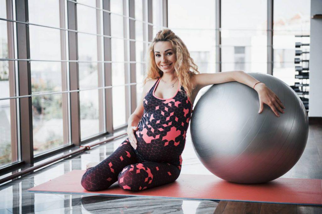 Quelques exemples d'exercices pour préparer votre corps à la naissance de bébé avec un ballon de grossesse